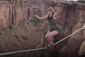 '하이힐' 신고 협곡 고공줄타기 하는 여성