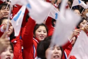 북한 응원단, 한국 선수 응원도 한반도기 흔들며 힘차게