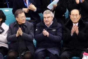 문 대통령 내외, IOC위원장·김영남·김여정과 단일팀 응원