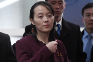 [서울포토] 만찬 참석한 北 김여정…가방 들고 자리로