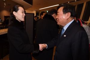 [서울포토] 이희범 조직위원장과 악수 나누는 北 김여정