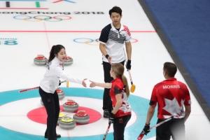 [서울포토] 경기 마치고 캐나다 선수와 악수하는 장혜지-이기정 선수