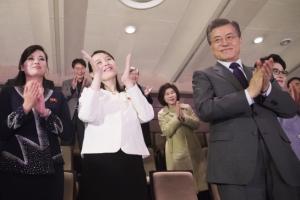 [서울포토] 예술단 공연 관람 후 박수치는 문 대통령-김여정-현송월