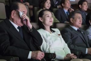 [서울포토] 예술단 공연 관람중 눈물 흘리는 北 김영남