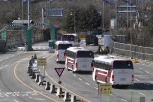[서울포토] 경의선 육로로 출경하는 북한 예술단 차량