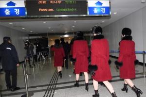 [서울포토] 도라산 남북출입사무소로 출경하는 북한 예술단
