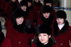 [서울포토] 북한으로 돌아가며 손인사하는 예술단