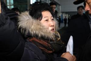 """'북송요구' 김련희, 北예술단에 """"평양시민 김련희다"""" 외쳐"""