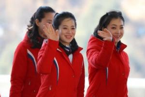 [포토] 상큼한 미소로 인사하는 북한 응원단