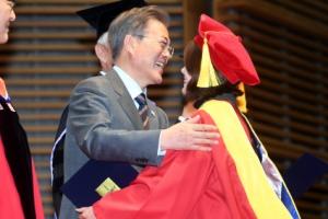 [서울포토] 울산과학기술원 졸업생과 포옹하는 문 대통령