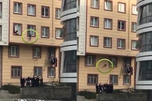 2층 창문으로 떨어진 아이 극적으로 살린 주민들