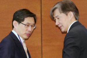 [서울포토] 이야기 나누는 박상기 법무부 장관과 조국 민정수석