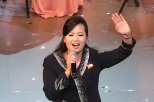 """[영상] """"강릉서 감기 앓았다""""는 현송월, 자신의 공연서 큰 박수 부탁한 연유"""