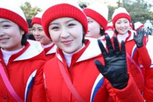 [포토] 경포해변 나들이 하는 북한 응원단
