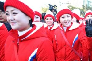 """북한 응원단 경포 나들이 """"이뻐요"""" 아이들 외침에 미소"""