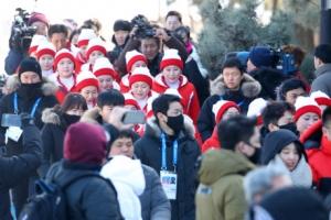 경포대에 소풍온 北응원단…취재진에 막혀 바다도 못봐