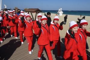 """""""반갑습니다"""" 경포 해변 찾은 북한 응원단"""
