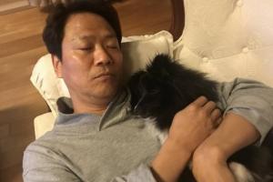 임종석 대통령 비서실장, 밀린 피로엔 강아지 안고 졸기