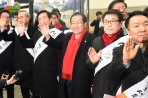 [서울포토] 설 귀성객들에게 인사하는 자유한국당 지도부