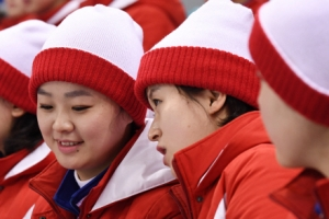 [서울포토] 웃으며 대화나누는 북한 응원단