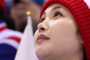 남북 단일팀 첫 득점에 눈물 흘린 북한 응원단