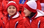 웃으며 남북단일팀 응원하…