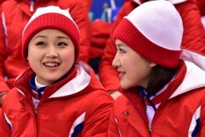 [서울포토] 웃으며 남북단일팀 응원하는 북한 응원단
