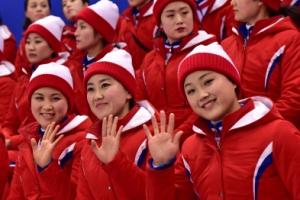 [서울포토] 남북단일팀과 일본의 경기중 손인사 하는 북한 응원단