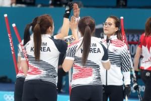 여자 컬링, '세계 최강' 캐나다 쓸다…메달 '청신호'