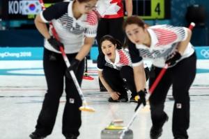 -올림픽- 여자컬링, 세계최강 캐나다 백기 받아내다…첫 승