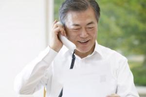 """[서울포토] """"여보세요, 문재인입니다"""" 국민 11명과 통화"""