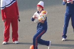 북한 응원단, 명절 맞아 '축구공 안고 달리기' 등 야외 체육대회