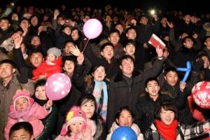 [포토] '김정일 생일 경축 불꽃놀이' 즐기는 북한 주민들