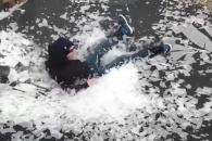 트램펄린 위에 얼어 있던 얼음층이 수 천개로 산산조각…