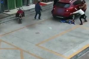 차량 피해 한 발 물러난 아이 밟고 지나간 여성운전자