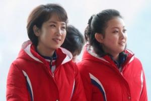 """[포토] """"오늘도 열심히 응원할게요""""… 밝은 미소의 북한 응원단"""