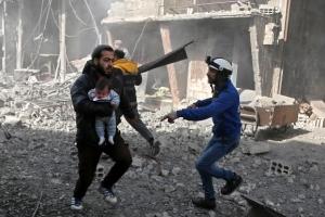 아이만이라도…시리아 정부군 공습에 민간인 100명 이상 사망