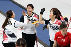 여자 컬링, 미국 꺾고 5연승…사상 첫 4강행