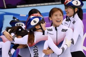 [서울포토] 쇼트트랙 여자 3000m 계주 금메달에 '울컥'