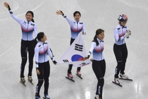 [서울포토] 쇼트트랙 여자 3000m 계주…태극기 들고 '금빛 세리머니'