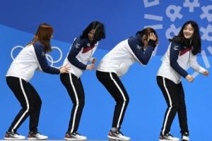 [포토] '잘~ 밀어봐'…시상식 세리머니 하는 여자쇼트 계주선수들