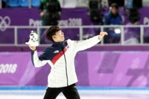 정재원, 빙속 남자 팀추월 은메달…수호랑 던진 이유는