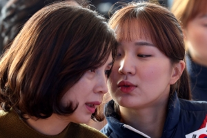 [포토] '땡큐 맘~' 박승희, 어머니와 귓속말…올림픽 영웅들 엄마와 함께