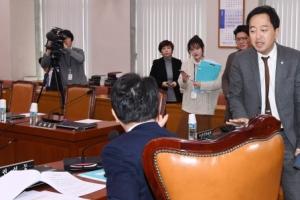[서울포토] 법사위 파행…홀로 참석한 금태섭 더불어민주당 의원