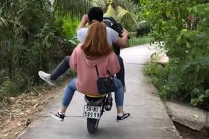 오토바이 탄 철부지 커플의 '악' 소리는 결말