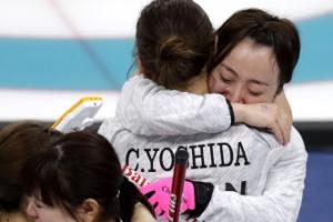 '팀 후지사와' 일본 여자 컬링 동메달…끌어안고 눈물