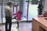 [따뜻영상] 경찰 앞에서 태권도 실력 뽐내는 아이
