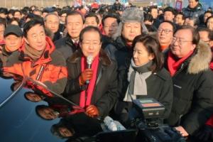 [서울포토] 김영철 방한 저지 시위중 발언하는 홍준표 대표