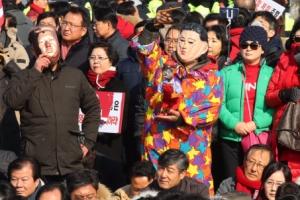 [서울포토] 김영철 방남 반대 시위중 김정은 탈 쓴 시위자