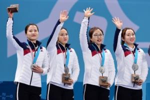 [서울포토] '감사합니다'… 손인사 하는 여자 컬링대표팀